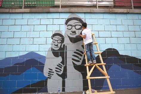 沈阳大学生手绘千米彩墙(图)