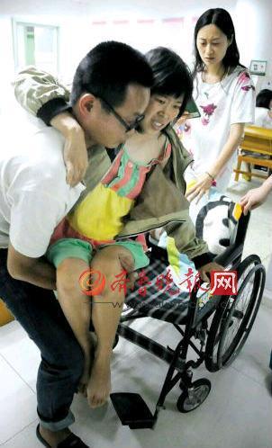 与其余产妇的高兴相同,吕娜被病痛熬煎得罕有微笑。本报记者李泊静摄