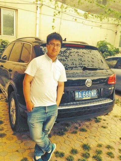 王波/王波身后,就是一名客户通过他砍价购得的汽车。...