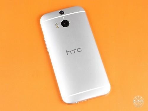 HTC One M8反面图