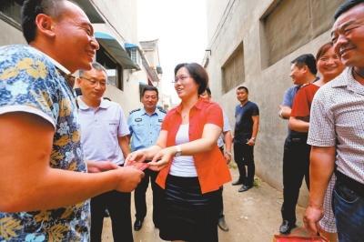 网友为河南夺刀农民点赞 当地政府送2000元慰问金