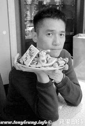梁朝伟庆52岁生日切蛋糕 拿跳跳虎卖萌(图)