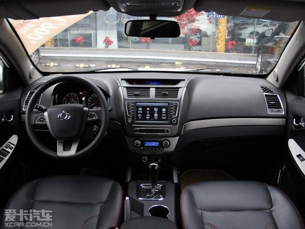 【图片为2014款GX7 2.4L自动尊贵版】    外观方面,两款上市新车型与目前在售的吉利GX7相比在外观方面变化不大,新车前脸采用三横条辐进气格栅,前大灯组采用熏黑处理,圆形雾灯将加入镀铬装饰。车尾部分,新车采用了LED尾灯,提升整体质感。    内饰方面,两款车型与在售车型相比变化同样不大。新上市的1.