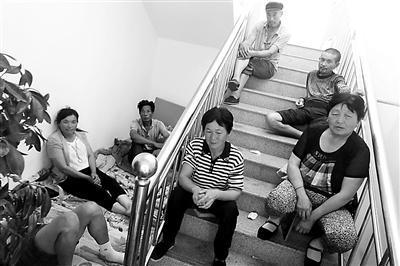 农民工工资被拖欠7个月 围堵开发商办公楼4天