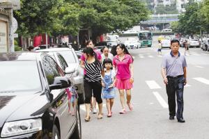事发地,行人只能凑近马路地方行走。