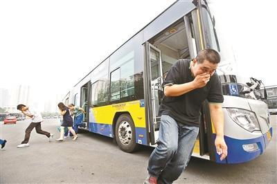 北京 汪震龙/在昨天的演练现场,乘客在乘务员的指挥下疏散摄影/本报记者汪...