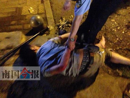 柳州女子把酒言�g后�e刀砍酒友 民警反�敉炀热速|