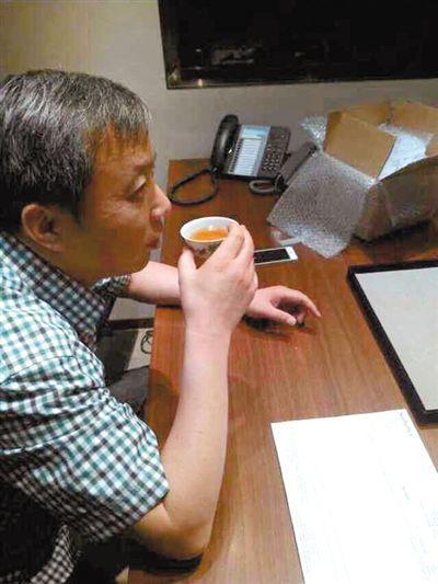 刘益谦在香港完结鸡缸杯付款和交代关键,并将鸡缸杯盛上茶,大喝了一口。