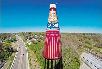 美废弃水塔被改造成巨型瓶样广告牌
