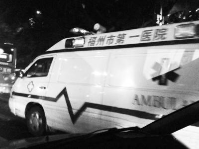福州市一医院救护车开警报灯 司机边开车边抽烟(图)