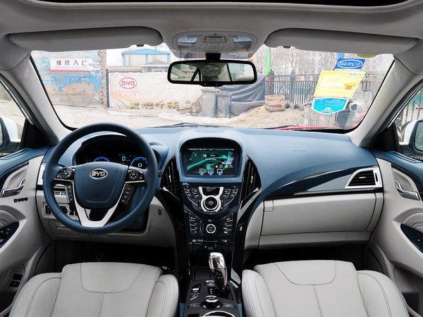 外观方面,此次比亚迪秦量产车与之前发布的概念版车型保持了较高的相似度,比亚迪在这款车上采用了全新的设计语言,整车设计偏向年轻化,前大灯内加入了日间行车灯。车身尺寸方面,该车的长/宽/高分别为4740mm/1765mm/1490mm,轴距为2660mm,这样的车身尺寸与比亚迪速锐极为相近。    比亚迪秦也同样遵从了概念车型的设计布局,但是在细节的布置上两者却有明显差异。量产版车型采用了传统的米黑配色,而不是概念车那样很具冲击力的蓝色调。同时在方向盘和仪表的设计上,新车也依旧延续了大尺寸屏幕的设计,