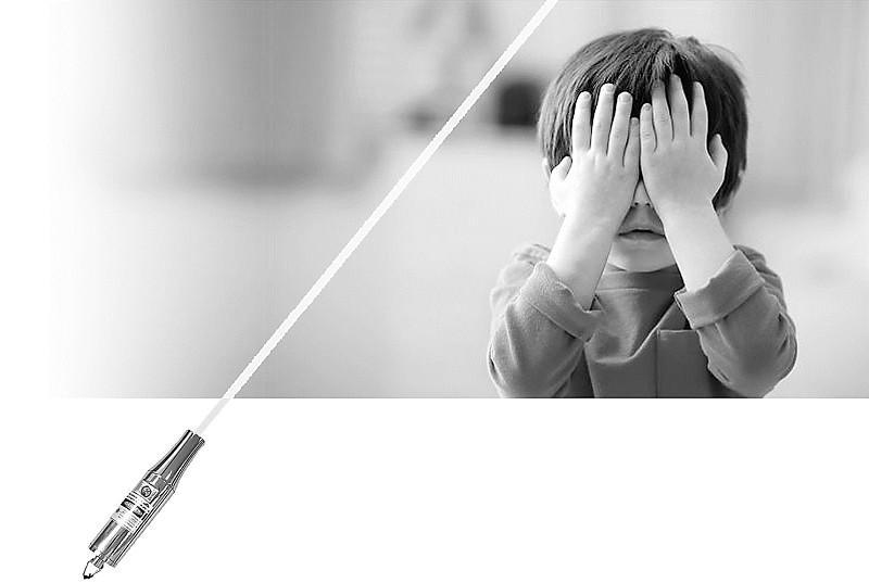资料图片   9岁的彬彬在好奇心的驱使下,把激光笔对着自己的右眼照了几秒钟,之后他的眼睛变得很模糊,感觉被一个大黑点遮挡着。近日,江苏省人民医院陆续接诊6位因玩激光笔导致视力永久性伤害的小患者。专家提醒说,高功率的激光产品存在安全隐患,家长不宜为儿童买激光产品作为玩具使用。然而,本报记者调查发现,危险激光产品仍在市场和网上热卖。   直视激光笔险致失明   江苏省人民医院眼科对彬彬进行的眼底检查结果显示,其右眼可见黄斑中心光反射消失,局部色素上皮改变,右眼视力仅为0.