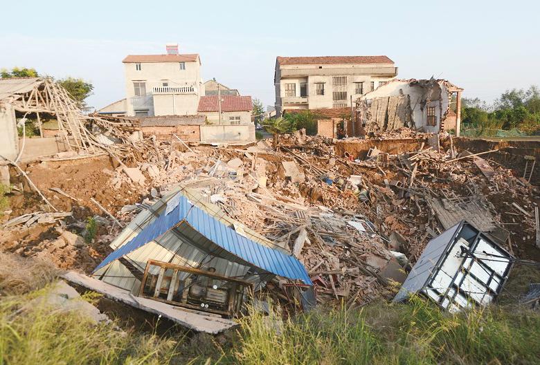 武汉法泗金水河畔大规模地陷 两栋民房倒塌下沉