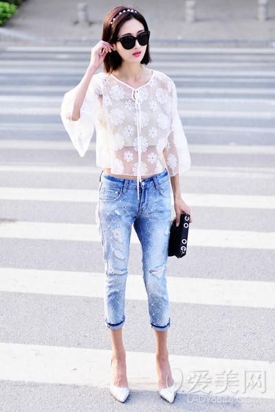 搭配要点:米色抹胸 白色透明雏菊外套 破洞牛仔七分裤 白色箭头高跟