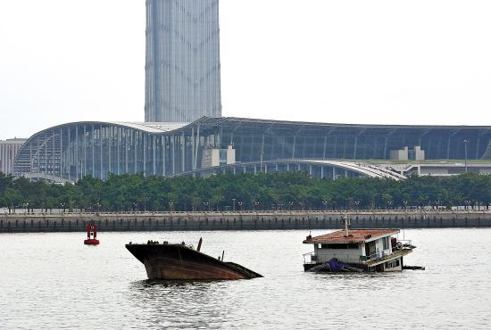 广州琶洲大桥附近一载重货船