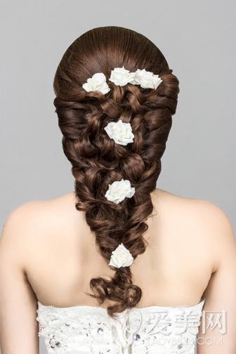 新娘发型唯美动人,其实自己也能在家DIY出一款甜美浪漫的新娘发型哦,小编今天为大家分享一款新娘发型详细步骤,为你的婚礼增添更多美好记忆。    先来看看这款新娘发型吧。长刘海烫出唯美弧线,修饰出姣好脸型。新娘编发尽显唯美浪漫感。