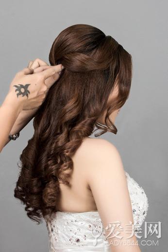韩式新娘发型步骤 花朵点缀更浪漫(4)
