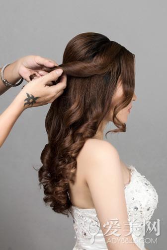 韩式新娘发型步骤 花朵点缀更浪漫(3)