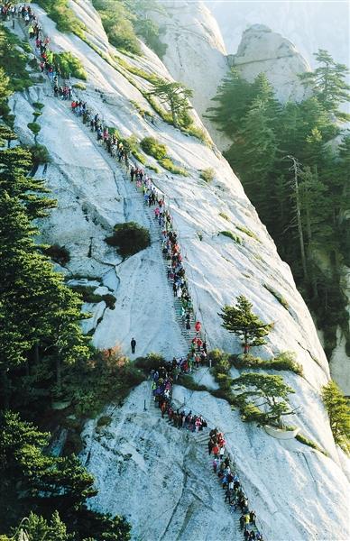 游客在华山风景区东峰游览(10月6日摄). 新华社记者 陶明 摄