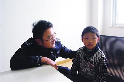 7岁娃社区里漂泊 来自山村因脑发育不全被抛弃