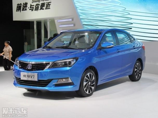 长安全新紧凑级轿车悦翔V7在成都车展正式发布,预计随后将在广州车展上市。悦翔V7轴距2610mm,搭载1.6L发动机,匹配5速手动或者4速自动变速箱。近日,新车的详细配置在网络中曝光。   小贴士:悦翔V7是长安悦翔系列的新车;V7未来或搭载增压发动机    外观方面,新车在车头处,前保险杠和进气格栅都进行了升级。其中进气格栅有着很强的立体感,大灯内也集合了灯眉,透镜灯组等潮流配置。在车尾处,新车造型的变化也较为明显。车身尺寸方面,轴距2610mm,车身长宽高尺寸为4530/1745/1498mm。