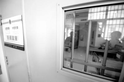 揭秘看守所防护措施:监区病房卫生间全透明(图)