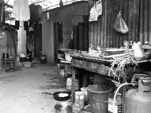 北京外卖中吃出头发 小作坊灶台上满是垃圾(图)