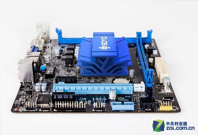 梅捷1900四核是一款自带四核处理器的主板,强悍的性价比和超低的功耗是这款主板最大的亮点,主板集成四核 Celeron 处理器 J1900 (2GHz)处理器。主板还提供了PCI-E x16显卡插槽,PCI-E x1插槽,拓展性能同样不俗。背板接口在原生带有一个USB3.0接口的同时,还提供了VGA、DVI齐全的视频输出接口。    梅捷1900   采用全固态电容、全封闭电感用料和棕褐色PCB,同桌面级主流主板无异,整体卖相不错,比较特别的地方,没有CPU 4+4pin供电接口。实际尺寸225mmx