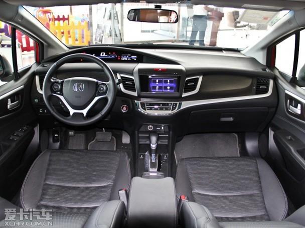 中控台上的大尺寸液晶显示屏很显眼,并且整个中控向驾驶座倾斜.