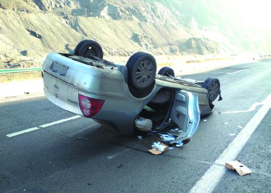 """""""仰面朝天""""的轿车翻在快速公路行车道上。"""