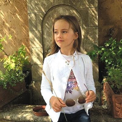俄9岁少女超模走红 其母被批借女儿敛财