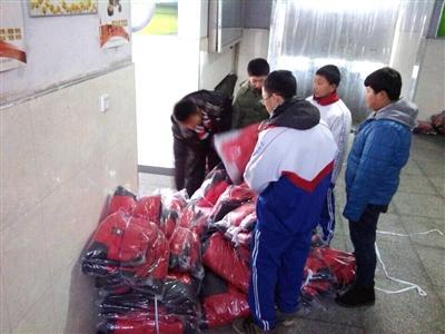黑龙江一中学订棉校服惹争议 被指太薄不能穿(图)