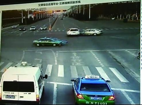 女司机驾越野闯红灯被撞翻