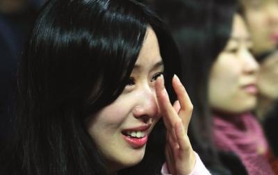 美女球迷变泪人图 中新