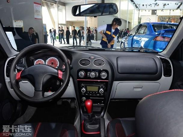 小贴士:东南三菱蓝瑟S-Design正式上市;售7.68万元;外观有所变化;动力小幅升级     外观方面,新车车身采用了拉花涂装,配备了多辐式轮圈。另外,尾部增加了大尺寸的固定式扰流板,尾灯组部分则与现款车型基本一致。    内饰方面,新车主打黑色基调风格,不过在配备了红色仪表盘,并且多处加以红色装饰点缀之后,这样的布局凸显出与外观相匹配的运动风格。     动力方面,该车搭载1.