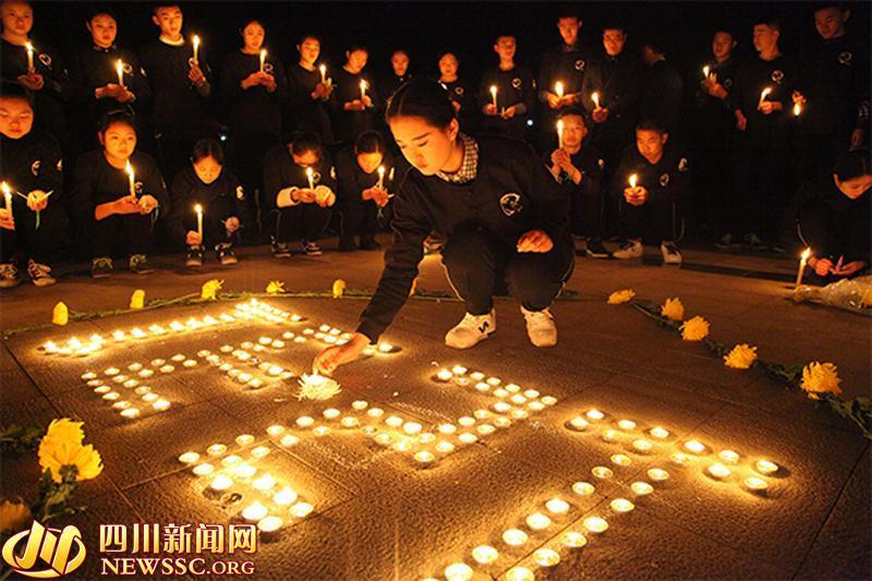 四川西南航空职业学院师生点燃蜡烛悼念上海外滩踩踏遇难者