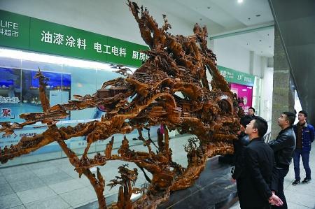 """14吨千年金丝楠木雕出""""清明上河图""""等(图)-中新网"""