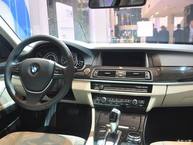 据悉,华晨宝马530Le拥有三种动力模式,包括AUTO eDrive、MAX eDrive和SAVE Battery。其中MAX eDrive模式会以纯电驱动为主,最高时速限制在120km/h,当油门开度较大、电池电量低于5%或者开启运动驾驶模式时,530Le的发动机会启动来负责驱动车辆。据悉,530Le纯电行驶的续航里程可以达到58公里,基本可以满足日常上下班需要。   SAVE Battery模式是以发动机驱动为主,这时会通过制动能量回收系统来为电池充电,以尽量保持电池的容量。AUTO eDri