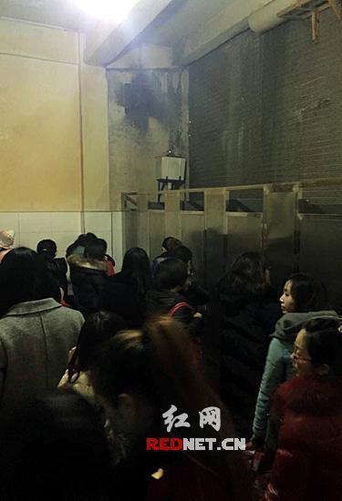 乘客犯急随地大小便 呼吁长沙汽车站增设临时公厕