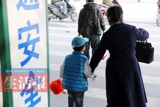 """公共场所测测孩子的安全智商 5块钱""""拐走""""5岁娃"""
