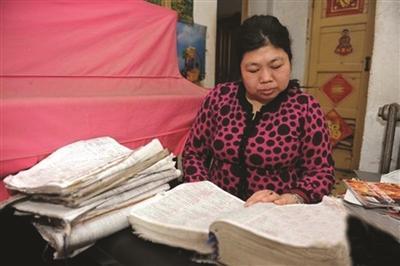 51岁女教师两年背22万英语单词 掌握10种外语(图)