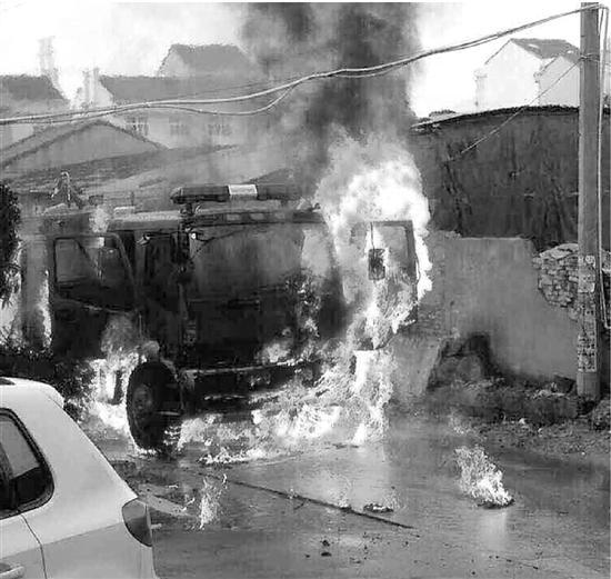 浙江温岭一非法炼油厂起火 烧毁消防车(图)