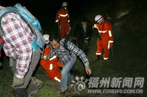 22名驴友更阑被困连江深山 手机绑在树枝上报警