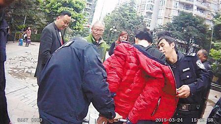 男子盗窃被保安追赶 从23楼撒下4900元赃款(图)
