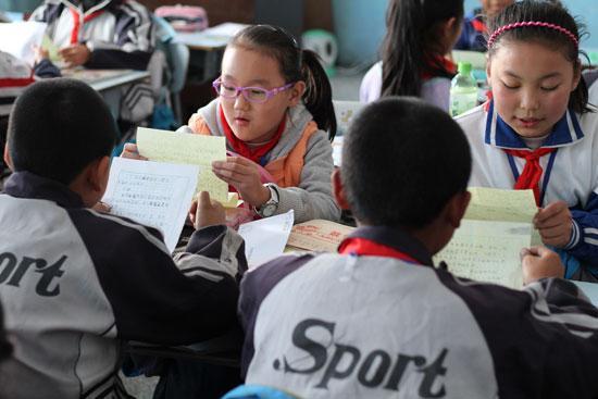 河南洛阳一所小学里,孩子们正在读新疆小伙伴的来信。   小浩是上海市长宁区天山中学初中8年级学生,去年9月,他参加了和新疆少先队员的书信结对活动,和他随机结对的是乌鲁木齐92中的一名女孩。元旦时,为了给新疆的小朋友设计贺卡,小浩全家总动员,一起搜集介绍新疆风土人情的素材,一起自制信封。   过去,新疆在小浩眼中是神秘而遥远的地方,现在,他发现:原来新疆的小伙伴和我一样,也有成长的烦恼,有自己喜欢的偶像,有对未来的愿景。每封信的结尾,两名队员都会写下期待,期待对方的来信,期待以后可以见面。   2014