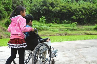 母亲逝世父亲离家不归 12岁女孩关照伤残哥哥