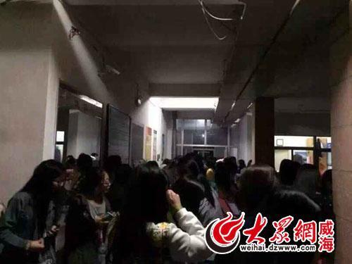 山东威海发生4.6级地震 大学生跑到校园里躲避图片