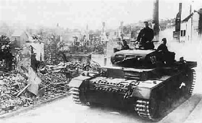 1940年阿登战役:德国坦克翻山让法国防线成摆设-中新图片