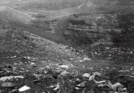 """p35-1长风高尔夫球场所在区域,改造前,地上是垃圾排放场,地下是采空区。图片翻拍自王义军提供的""""今"""