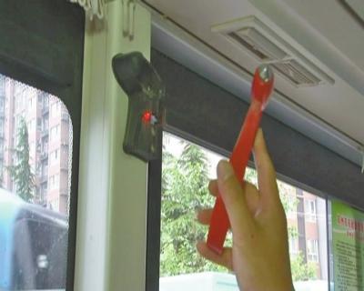 郑州一女子偷走公交平安锤 竟为拿回家砸核桃